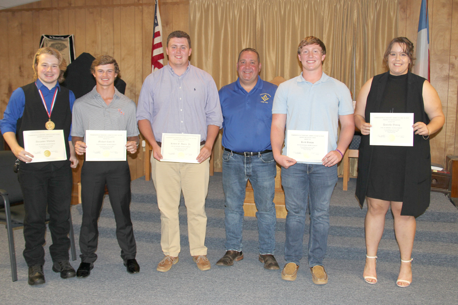 Masons present scholarship funds